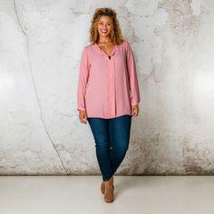 Deze blouse heeft vanaf de halslijn een strook naar beneden die de aandacht trekt en u optisch slanker maakt. De halsopening kunt u zelf hoger of lage... Bekijk op http://www.grotematenwebshop.nl/product/blouse-van-x-two-voor-vrouwen-met-grote-maten-14/
