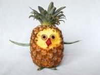 Is there anything cuter (and more delicious) than this edible owl with a pineapple body? Make your own owl  with these easy steps .