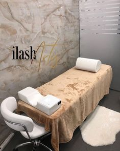 Gold x white - Rare color combo, but still one of our favorites! ✨ - Thanks for sending in your photo 😍 - DM your lash studio… Home Beauty Salon, Home Nail Salon, Nail Salon Decor, Beauty Salon Decor, Beauty Salon Design, Beauty Salon Interior, Beauty Studio, Spa Room Decor, Beauty Room Decor