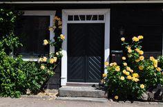 gula blommor vid svart hus - Sök på Google Garage Doors, Google, Outdoor Decor, Tips, Inspiration, Home Decor, Biblical Inspiration, Decoration Home, Room Decor