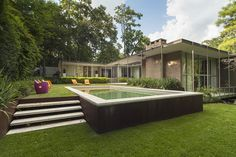 This Mid Century Huston TX house by Frame Harper is a DREAM! The house was built in 1960 renovated and restored by Stern & Bucek in 2004. The sheer volume