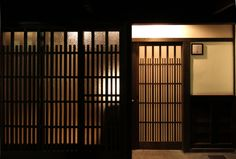 京都の伝統家屋 町家の貸切の宿 淳風しらふじ庵_外観_夜 kyoyadoya Japan kyoto machiya inn Japanese Style House, Japanese Design, Japanese Architecture, Historical Architecture, Japanese Sliding Doors, Kyoto Japan, Japanese Culture, Door Design, Home Deco