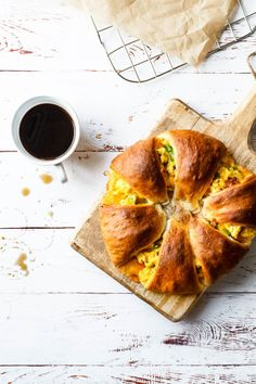 Grove frokostsnegle med to slags fyld Brunch Menu, Brunch Recipes, Breakfast Recipes, A Food, Food And Drink, Good Food, Lunch Snacks, Bacon, Breakfast Casserole