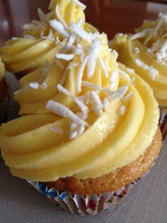Cupcakes de mango con frosting de mango y salpicados de coco, seguí una receta de Pinterest y quedaron mejor de lo que imagine :)