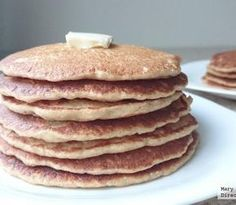 =Hot cakes de avena y plátano= 2 tazas de avena 1 1/4 taza de leche 1 plátano 1/2 cucharadita de canela 3 gramos de stevia 1 pizca de sal 1 cucharadita de vainilla 1 1/2 polvo para hornear 1 huevo 1/2 cucharadita de mantequilla