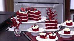 O Red Velvet Cake ficou bastante conhecido durante a Segunda Guerra Mundial. Com o racionamento de alimento, eles passaram a fazer o bolo com beterrabas, que além de ser muito comum nos Estados Unidos, é rica em ferro e açúcares, e claro,  dá o tom natural avermelhado. Depois da Guerra, com o sucesso do bolo, começaram a substituir a beterraba por corante alimentício. Candy Cakes, Cupcake Cakes, Cake Cookies, Merengue, Rose Cake, Drip Cakes, Cake Boss, Sweet Cakes, Cookie Desserts