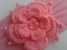 Faixa para bebê - Aninha <br>Produzida em meia de seda, com aplique de flor em crochê, com pérolas. <br>* Flor de 8 cm <br>Muito confortável. <br>Super delicada <br> <br>(A lã é passada por dentro das pérolas, não é colado) <br> <br>* Pode ser feito na cor de sua preferência * <br> <br>Todos os produtos são feitos por mim de forma manual, com muito carinho, usando a técnica do crochê :) <br> <br>Serve até 2 anos <br> <br>Obs. O tempo de produção é para uma unidade do produto ou kit…