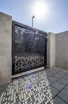 Dieser Zaun ist Einladung und Schutz zugleich: Was auf den ersten Blick kinderleicht erscheint, kann zu einer echten Herausforderung werden: welcher Gartenzaun passt zu meinem neuen Haus? Schließlich hat ein Zaun gleich zwei Aufgaben, die unterschiedlicher nicht sein können. MEVACO PRODUKTDATEN: Rundlochung Rv 20-32, Aluminium, 3mm, nachträglich pulverbeschichtet Wrought Iron Gate Designs, Wrought Iron Gates, Front Gates, Entrance Gates, Partition Door, Modern Fence Design, Front Gate Design, Sliding Gate, Metal Gates