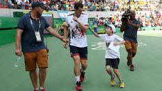 """Kleiner Tennis-Fan jagt Stift-Dieb Murray. Mit Zweitrunden-Gegner Juan Monaco (6:3, 6:1 aus Argentinien hatte Andy Murray (29) leichtes Spiel, dem kleinen Joao Victor entkam der Tennis-Star aber nicht. Der Junge jagte dem Briten über den Platz hinterher, um sich seinen Stift wiederzuholen, den Murray versehentlich nach einer Autogramm-Session mitgenommen hatte. Murray erschrak, als das brasilianische Kind ihn am Arm berührte. """"My pen"""", mein Stift, sagte Joao Victor mehrmals, ehe Murray ihm…"""