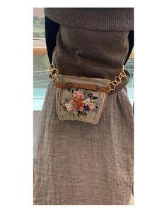 А вы такое сможете вышить? | СТИЛЬ МОДА ТРЕНДЫ | Яндекс Дзен Sewing To Sell, Embroidery Bags, Patchwork Bags, Fabric Bags, Little Bag, Knitted Bags, Handmade Bags, Beautiful Bags, Boho Fashion
