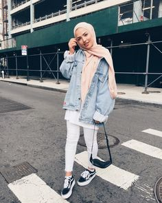 How to Wear Denim Jackets for a Cool Hijab Style - hijab outfit Modern Hijab Fashion, Street Hijab Fashion, Hijab Fashion Inspiration, Muslim Fashion, Mode Inspiration, Fashion Muslimah, Modesty Fashion, Abaya Fashion, Trendy Fashion