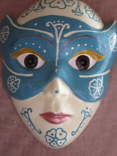 Hand-painted small plaster mask, ideal for use as wall decoration. Weight ca. 75g, dimensions ca. 8x6,5cm. Plastic part for hanging on the wall
