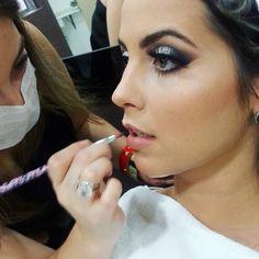 Amo essa maquiagem ela é clássica e ao mesmo tempo marcante  e o melhor de tudo é que ela combina com todos os eventoslooks e acessórios !! Gostou?? Corre vem se maquiar comigo !!! #vemsemaquiarcomigo #maquiagem #maquiagemclassica #ciliosdeboneca #look #supercombina #makeupoftheday #lovemyjob #job #meutrabalho #profissaomaquiadora #beleza #contorno #makeup #makeupforever #always #beauty by bruna.makeup