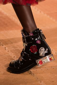 Alexander McQueen at Paris Fashion Week Spring 2018 - Damen Mode 2019 Fashion Week Paris, Fashion Moda, Fashion Shoes, Fashion Fashion, Spring Fashion, High Fashion, Fashion Clothes, Fashion Women, Winter Fashion