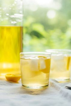 Super simple, refreshing cold brew iced tea without the tannic, bitter flavors found in regular tea! Plus, it stays fresh tasting for days. Green Tea Recipes, Iced Tea Recipes, Drink Recipes, Drink Me, Lipton Tea Bags, Making Iced Tea, Sun Tea, Tea Cookies, Thing 1
