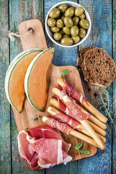 So you do not have to wait until the next Spain holiday, we have put together for you the most delicious tapas recipes for home … The post For a real Spain feeling: 5 delicious tapas recipes for your after-cooking appeared first on Best Pins for Yours. Tapas Buffet, Tapas Platter, Tapas Menu, Tapas Dishes, Tapas Party, Tapas Food, Tapas Recipes, Appetizer Recipes, Appetizers