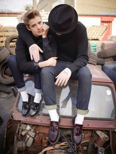 going gaga over the new doc martens campaign.agyness deyn looks beautifully androgynous as always! love the retro styling Dr. Martens, Dr Martens Boots, Doc Martens Loafers, Fashion Moda, Boy Fashion, Mens Fashion, Japan Fashion, Daily Fashion, Poses