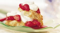 Classic Strawberry Shortcakes Mamma always made her own sweet biscuits shortcakes for our strawberries and fresh whipped cream. I have the fresh strawberries, but only ready whip, but I will make the shortcakes. Spring Desserts, Köstliche Desserts, Delicious Desserts, Dessert Recipes, Yummy Food, Party Recipes, Crowd Recipes, Quick Dessert, Fruit Recipes