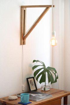 Luminária de parede composta por quadro de madeira, lâmpada de filamento de carbono e cabo branco com 2,5m de comprimento. Com desenho simples e bem resolvido ela pode ser pendurada em qualquer ponto da casa e ligada em uma tomada baixa convencional.