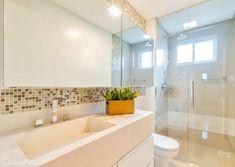 Pastilhas e bancada em porcelanato são os grandes destaques deste banheiro. Projeto de DuoTraço Arquitetura.