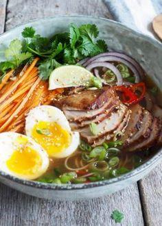 Enkel-ramen-med-svinekjøtt-7 Ramen, Asian Recipes, Ethnic Recipes, Food And Drink, Japanese, Noodle Salads, Japanese Language, Asian Food Recipes, Windows