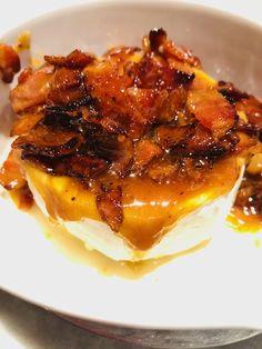 Brie fondant au bacon confit à l'érable - Recettes de famille Brie Fondant, Bacon, Saveur, Pork, Meat, Gourmet, Drizzle Cake, Quick Recipes