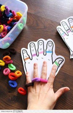 Feinmotorik - farbige Haargummis auf Finger Stylowi.pl - Odkrywaj, kolekcjonuj, kupuj
