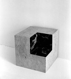 Volume réel by Adalberto Mecarelli. Nice contrast between the marble and… Sculptures Céramiques, Art Sculpture, Cube Design, Art Design, Art Cube, Marble House, Geometric Sculpture, Jewellery Display, Installation Art
