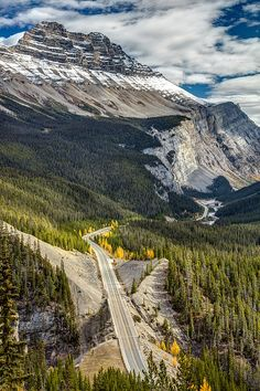 One of the most scenic drives in the world, The Icefield Parkway, between the town of Lake Louise and Jasper, crossing Banff and Jasper National Park, Alberta, Canada