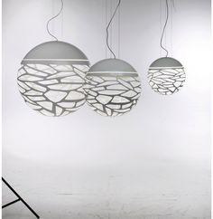 Hanglamp Kelly Sphere. Bestaat ook in een enorme tros kleintjes bij Versteeg in Haarlem