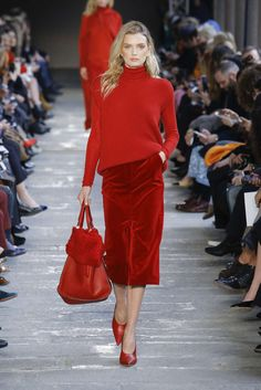 Max Mara Fall Winter 2019 Womenswear l Women fashion runway look outfit red skirt turtleneck handbag Red Fashion, Fashion 2020, Runway Fashion, Fashion Outfits, Womens Fashion, Fashion Trends, Street Fashion, Milan Fashion, Fashion Weeks
