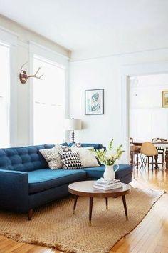 シンプルな空間をインパクトのある色のソファでよりおしゃれに。