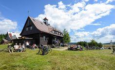 Chata Górzystów je velmi populární místo k zastavení. Chata, Czech Republic, Dolores Park, Cabin, Mountains, House Styles, Outdoor Decor, Travel, Pictures