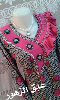 خياطة وابداع – Communauté – Google+ Chudithar Neck Designs, Neck Designs For Suits, Dress Neck Designs, Hand Designs, Sleeve Designs, Blouse Designs, Lace Dress Styles, African Lace Dresses, Mode Batik