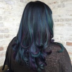 Mermaid hair color creates a dazzling look that is the kind that you would expect to see in fictional mermaid characters in movies and books. Oil Slick Hair, Hair Oil, Dark Hair, Blue Hair, Cool Hair Color, Hair Colors, Short Hair Styles, Natural Hair Styles, Birthday Hair