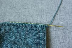 How to Knit a Buttonhole Knitting Stitches, Knitting Yarn, Knitting Projects, Knitting Tutorials, Buttonholes, The Row, Stitch Patterns, Knit Crochet, How To Make