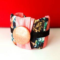 Pedra, tecido floral e rosa. Na Chitão e Serpentina, sua loja de acessórios @chitaoeserpentina.brasil
