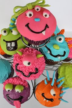 Monster Cupcakes - My niece loves monsters and has a bday coming up... maybe she wants a monster cake this year?!