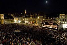 Todos los años se lleva a cabo el Festival de Música de Besançon. Descubrirás nuevos talentos, conductores de orquestra, músicos y otros que te transportarán a un lugar diferente en el espacio de una noche.