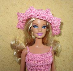 Je vous propose aujourd'hui une tenue estivale pour Mademoiselle Barbie    Fournitures : du coton rose, un crochet ... Blog Crochet, Free Crochet, Knit Crochet, Crochet Hats, Crochet Barbie Clothes, Doll Clothes, Barbie Knitting Patterns, Patron Crochet, Beret