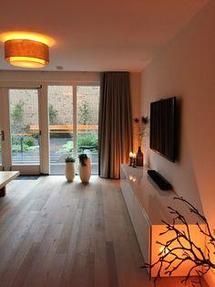 woonkamer - De woonkamer met openslaande tuindeuren is heerlijk ruim en licht. We wilden graag door het hele huis vloerverwarming en een eiken houten vloer. Deze vloer heeft planken in verschillende breedte maten waardoor vloerverwarming mogelijk is.