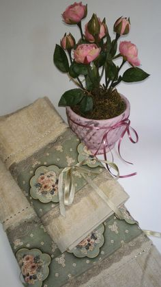 Toalha de rosto e lavabo na cor caqui no Elo7 | Puro Mimo (7D9798) Sewing Projects, Craft Projects, Lisa Johnson, Basic Painting, Bathroom Crafts, Embroidered Towels, Linens And Lace, Free Machine Embroidery Designs, Christmas Sewing