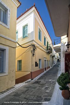 Traditional houses in Andros Chora de capital of de island, Kyklades, South Aegean_ Greece Beautiful Islands, Beautiful Places, Andros Greece, Greek Beauty, Greek House, Samos, Greece Islands, Neoclassical, Victorian Homes