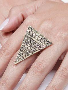Anel Triângulo na cor dourado com desenhos pretos