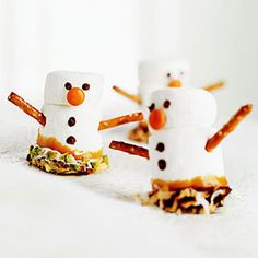 "Marshmallow Snowmen-how cute! This would be a great ""do together"" kind of Christmas treat!"
