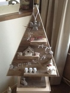 Do You Need Inspiring to Make Easy Wooden Christmas Tree Ideas? Wooden Xmas Trees, Wooden Christmas Crafts, Diy Christmas Decorations For Home, Wood Christmas Tree, Christmas Tree Design, Xmas Crafts, Rustic Christmas, Christmas Projects, Handmade Christmas