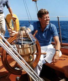 Der 35. Präsident der USA, John Fitzgerald Kennedy, segelt am 26.8.1962 auf der Yacht «Manitu» in der Bucht Narragansett im Bundesstaat Rhode Island. Was hätte dieser junge und charismatische Anführer alles noch erreichen können - wäre er nicht 1963, gerade einmal 1000 Tage im Amt, in Dallas/Texas, erschossen worden?
