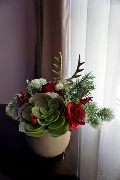 uses large succulent flower, roses, pine branches and small berries for christmas Centerpiece Christmas, Christmas Flower Decorations, Christmas Flower Arrangements, Holiday Centerpieces, Christmas Flowers, Christmas Wreaths, Christmas Ornaments, Christmas Candles, Succulent Centerpieces