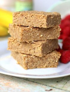 Naturally sweetened with banana and a bit of maple syrup, these healthy blender breakfast bars are refined sugar free and a great source of fiber. Healthy Blender Recipes, Gourmet Recipes, Healthy Snacks, Healthy Eating, Healthy Smoothies, Smoothie Recipes, Jelly Recipes, Canning Recipes, Healthy Breakfasts