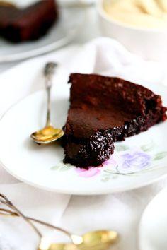 Jauhoton mutakakku on helppoudessaan täydellinen herkku kiireiseenkin leivontaan. Mokkakerman kanssa tarjottuna täydellistä! Cupcake Cakes, Cupcakes, I Love Food, Cake Pops, Food And Drink, Keto, Sweets, Snacks, Baking